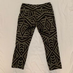 Lululemon Size 8 Green & Black Cropped Leggings